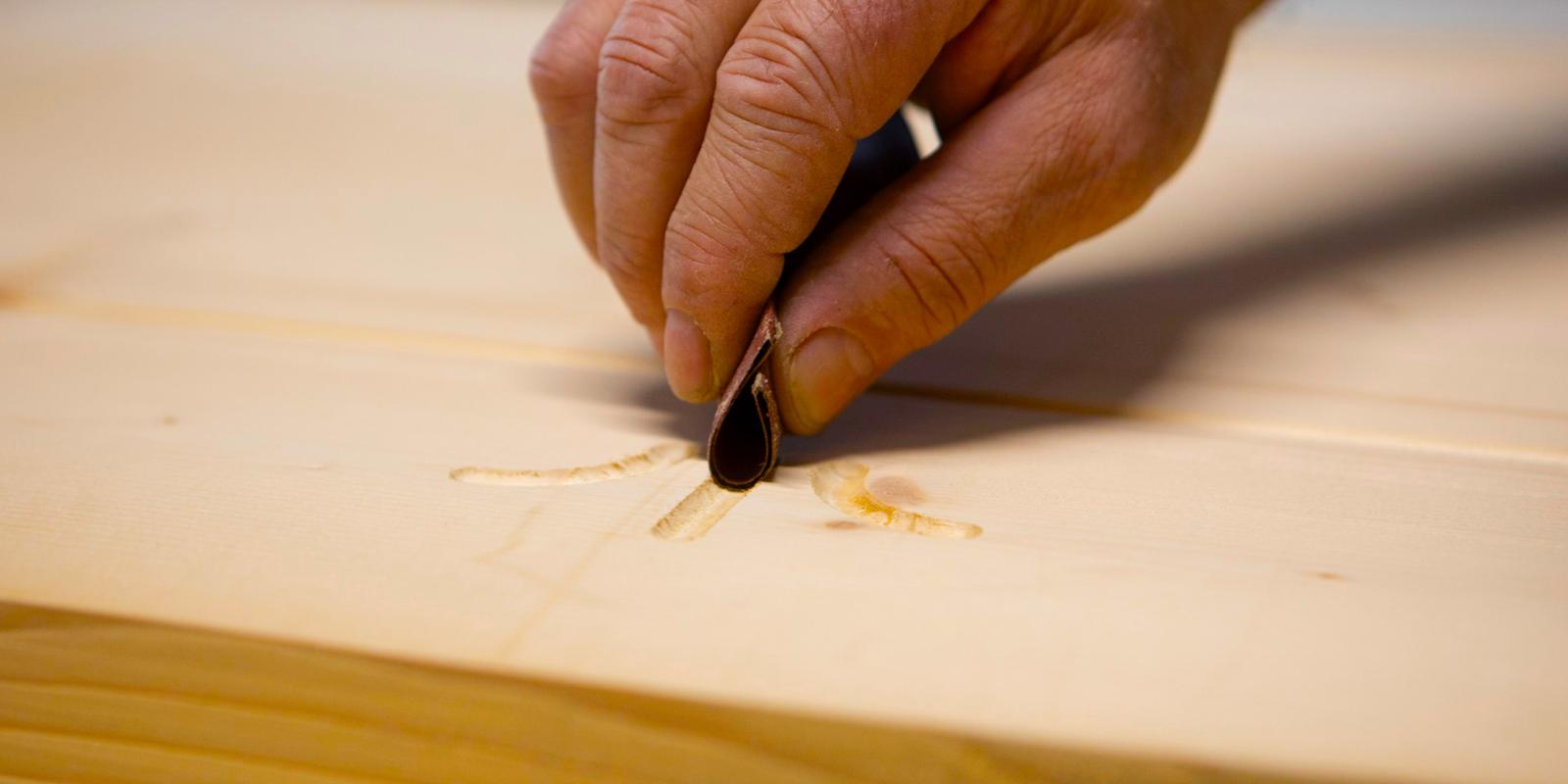 Dettaglio delle lavorazione di un mobile in legno